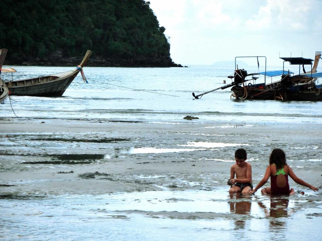 Kinder spielen im Urin am Loh Dalum Strand auf Phi Phi